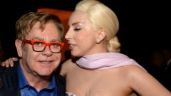 """Елтън Джон и Лейди Гага пяха заедно в Западен Холивуд в навечерието на раздаването на наградите за филмово изкуство """"Оскар"""", на които се очаква Лейди Гага да вземе награда за филмова песен"""