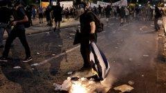 """На площада имаше стотици активисти на анархисткото движение, представители на крайно левия синдикат """"Паме"""" и противници на сделката с Брюксел"""