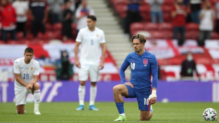 Николае Станчу и Йонуц Неделчеару (на снимката) бяха двамата футболисти на Румъния, които отказаха да коленичат преди началото на контролата срещу Англия в неделя. Част от феновете на стадиона на Мидълзбро освиркваха действията на любимците си.