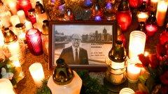Социалните медии са се превърнали във военна зона. Всеки, който се отклони от партийната линия, подлежи на атаки. Гневът е вкоренен толкова дълбоко, че един полски свещеник дори обяви, че няма да се моли за Адамович след покушението срещу него.