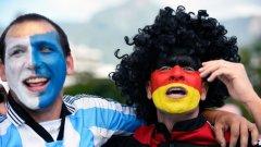 """Фенове на двата отбора позират пред стадион """"Маракана"""" 3 часа преди финала. В Рио лудостта е пълна!"""