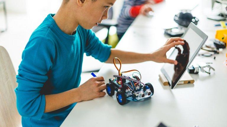 Освен създаването на робот, децата трябва да отговорят на въпроса: за кого е предназначен, каква ще бъде неговата цена и с какво ще се промени неговото налагане на пазара?