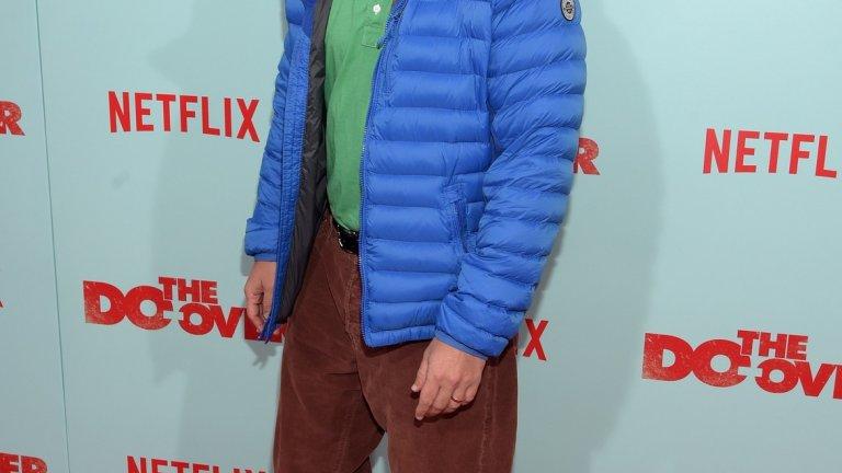 От филмите на Адам Сандлър човек остава с впечатлението, че той харесва персонажи, които би трябвало да са пораснали мъже, но емоционалното им и интелектуално развитие е спряло някъде на 12-13. Понякога облеклото на актьора навява същите асоциации.