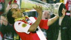 Пиер ван Хойдонк заслужено отпива блажен еликсир от трофея, след като собственоръчно изведе Фейенорд до триумфа за Купата на УЕФА през сезон 2001/02
