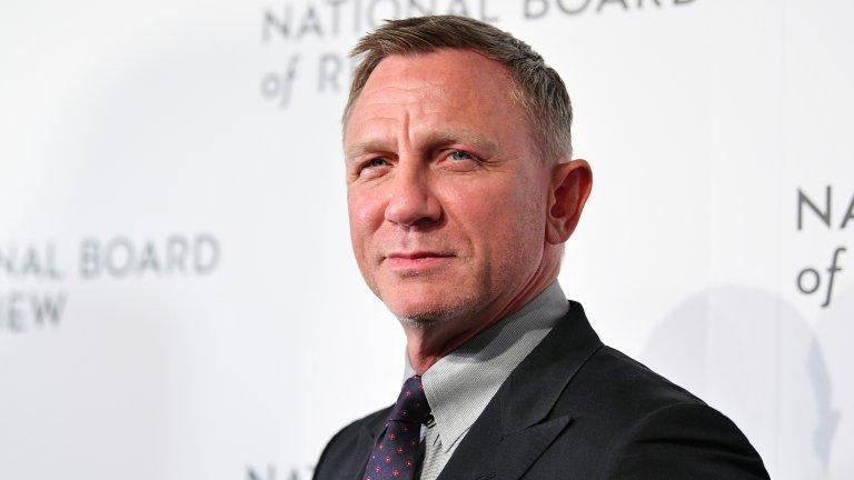 """Даниъл Крейг е шестият Джеймс Бонд в поредицата за сексапилния таен агент. Дебютира в ролята вече доста отдавна - на 14 ноември 2006 г. в """"Казино Роял"""", 21-вия официален филм за 007. С годините се доказа като Шон Конъри, Роджър Мур и Пиърс Броснан, но и разгърна потенциала си в още разнообразни продукции. Харесваме го и в """"Златният компас"""", в """"Мъжете, които мразеха жените"""", """"Силата на любовта"""", """"Мюнхен"""", """"Късметът на Логан"""" и дори във """"Вади ножовете"""", въпреки абсурдния акцент. А знаете ли, че Крейг участва и в """"Мечтах за Африка"""" с Ким Бейсинджър?"""