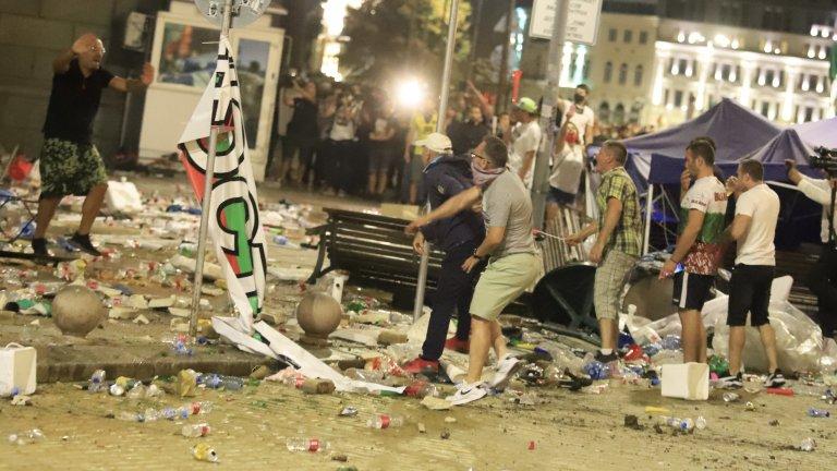Сблъсъци на протеста, хвърлят бомбички по полицаите пред парламента