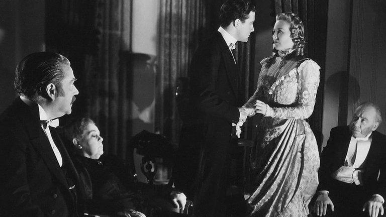 """При детектива пристига последния оцелял - Хенри Баскервил, чийто чичо наскоро е убит по същия зловещ и кървав начин. Холмс и Уотсън се заемат да разгадаят мистерията.   Вариации на """"Баскервилското куче"""" съществуват и се правят и до днес. Романът обаче е класика, а неговата първа филмова адаптация заслужава внимание, ако сте почитатели на жанра."""