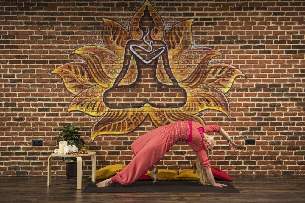 Нора и животът с движение и без стрес чрез йога