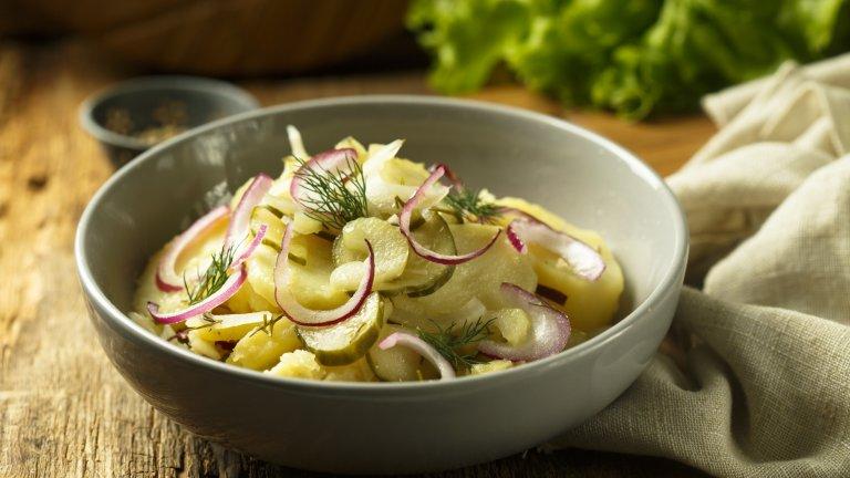 Немска картофена салатаГерманците разбират от приготвянето на плътни и питателни салати и тази е именно от тях. Необходими са ви 900 грама сварени и нарязани картофи. Отделно в тиган запържвате 6 парчета бекон, наситнен на кубчета, и две глави червен лук на полумесеци. След като ги извадите от тигана, вътре изсипвате чаша вода и чаша оцет и сгрявате за една-две минути до леко сгъстяване, след което прибавяте четвърт чаена чаша захар.   В голяма купа изсипвате парчетата картофи, поръсвате с бекона и запържения лук и заливате с топлия дресинг. Накрая украсете с още червен лук и кисели краставички на тънки резенчета. Вурстовете и бирата са почти задължителни.