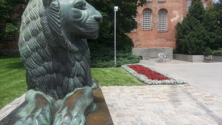 От 11 ч. в София е планирана церемонията по издигане на националния флаг пред паметника на Незнайния воин в присъствието на президента Росен Плевнелиев.