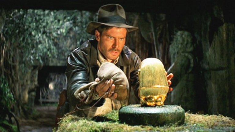 """Индиана Джоунс и похитителите на изчезналия кивот (1981)  Още един еталон – за приключенски блокбъстър. За някои може би наивен, но неустоимо очарователен, първият филм от """"Индиана Джоунс"""" поредицата е перфектен кино продукт. Отговорни за него са Джордж Лукас като продуцент и господарят на летните хитове Стивън Спилбърг като режисьор. Том Селек едва ли си е простил за отхвърлянето на главната роля, с която Харисън Форд завинаги ще бъде свързван."""