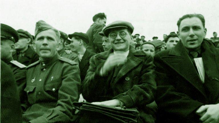 Футболът успял да зарази Шостакович, който бил истински щастлив да гледа мачове на живо и в един момент за него играта даже станала равна на музиката по важност