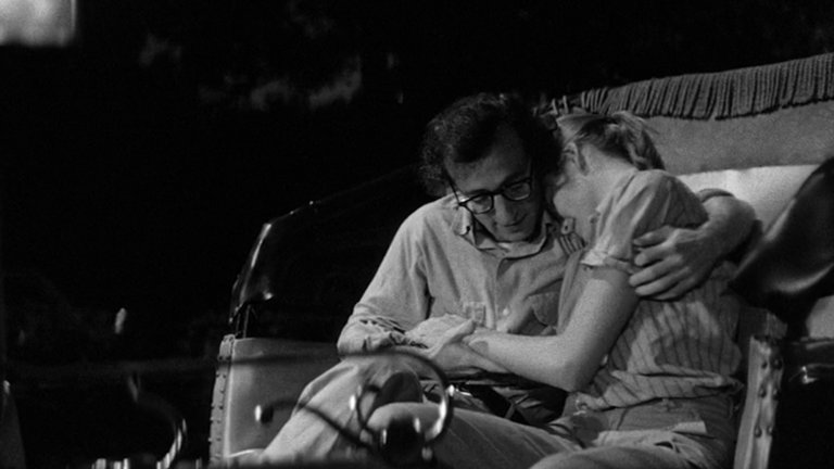 """""""Манхатън"""" (Manhattan)Жанр:комедия, романтичен Година: 1979Носталгията и любовта към Ню Йорк е една от нишките в работата на Уди Алън, която режисьорът не пуска още от по-ранните си филми. Тук тя е особено видима, но освен участник, градът е и свидетел на живота на 42-годишния Айзък Дейвис (самият Алън), който се отказва от работата си като сценарист на кофти шоу, за да стане писател. Той тъкмо е започнал връзка и със 17-годишна ученичка (някои критици често намекват за връзката на персонажа с живота на режисьора), но животът му сервира и неочаквана среща с друга жена. Това добавя на тази класическа история и трагикомична черешка ала Алън."""