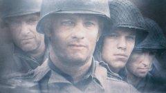 """""""Спасяването на редник Райън""""   Според доста киномани това е филмът на 1998-а година. Военната драма на Стивън Спилбърг проследява опитите на капитан Джон Милър, в ролята - Том Ханкс, да спаси редник Джейм Франсис Райън (Мат Деймън), чиито трима братя вече са загинали на фронта. От 11 номинации за """"Оскар"""" филмът успява да спечели пет, включително и за режисура. Изплъзва му се златната статуетка за най-добър филм..."""