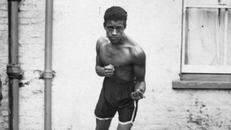 Лен Джонсън се боксира в години, в които е принуден да се сблъсква с непрестанен расизъм. Той не получава шанс да стане голям боксьор, но днес в Манчестър се стараят да популяризират историята му