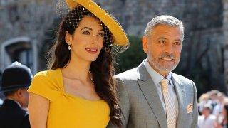 """Амал и Джордж Клуни   Джордж Клуни се запознава с Амал, когато общ приятел я води на негово парти в имението му на езерото Комо, Италия. Въпросният приятел пита дали може да доведе своята позната на купона и отговорът, разбира се, е """"Да"""".   Странното е, че агентът на актьора му звъни след малко и му казва, че се е запознал с жената, за която ще се ожени. Още по-хубавото е, че родителите на Джордж са в имението и веднага се запознават с адвокатката. Следва една безсънна нощ на разговори и смях. Е, сега са женени и с близнаци."""
