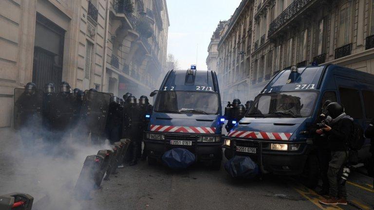 А това води до по-остра реакция от властите (на снимката: полицейска блокада във Франция)
