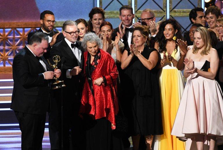 """С екипа на сериала """"Историята на прислужницата"""", когато става ясно, че той печели """"Еми"""" за най-добър драматичен сериал."""