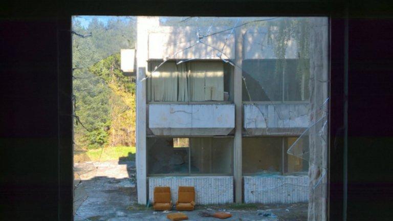 Разрухата е неумолима - само преди 5 години тези фотьойли са си били вътре в уж охраняваната сграда