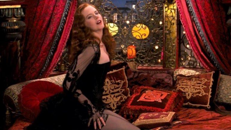 """""""Мулен Руж"""" (Moulin Rouge!, 2001) Подобно на """"Дяволът носи Прада"""", и този филм крещи """"Стил!"""". Костюмите в шедьовъра на Баз Лурман от 2001 г. са едни от най-добрите в дългата и изпълнена с оскари кариера на дизайнера Катрин Мартин.    Филмът е базиран на операта  """"Травиата"""". Разказва се за млад английски поет и писател (Юън Макгрегър), който се влюбва в кабаретната звезда (Никол Кидман) от """"Мулен Руж"""" в Париж. Със своите осем номинации за """"Оскар"""" и спечелени две от тях – за най-добър дизайн на костюми и най-добро художествено оформление - романтичният мюзикъл си струва да се гледа дори и само заради ефектните тоалети."""