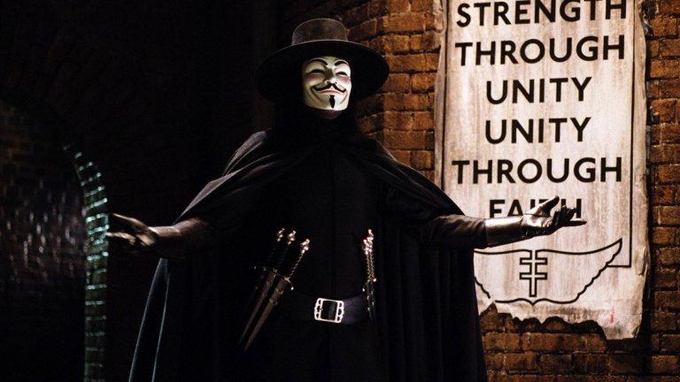"""Алън Мур - """"В като Вендета""""   Алън Мур винаги е искал работата му да си остане на хартия и да не бъде преразказвана от сценаристи и режисьори. Той не харесва нито една адаптация по негово произведение, но е особено критичен към екранизацията по графичния му роман """"В като Вендета"""", която излиза по кината през 2006 г. с Натали Портман и Хюго Уийвинг в главните роли.  Споровете започват още преди премиерата, след като Уашовски, тогава още братя, смело казват, че са говорили с Мур и той е """"много развълнуван от проекта"""". На това авторът отговаря, че не просто не е развълнуван, а не иска да има нищо общо нито с Уашовски, нито с адаптацията им.   Когато филмът вече е по киносалоните, Мур е още по-разгневен, защото почти никъде в него не се споменава и дума за атмосферата на фашизъм, която той обрисува, и за анархията като алтернатива. Вместо това, допълва той, сценаристите правят една скромна и срамежлива интерпретация, с която ги е страх да не разсърдят някого."""