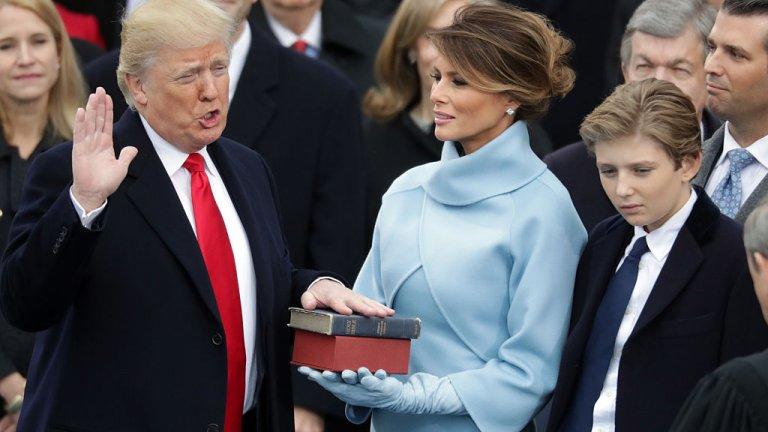 Грубоватата статуя е изобразена така, че да напомня на първата дама в деня на инаугурацията на Доналд Тръмп през 2017 г.