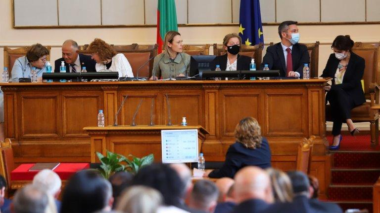 Антоанета Стефанова от ИТН официално се закле като депутат, а Илко Желязков беше освободен от Националното бюро за контрол на СРС-тата