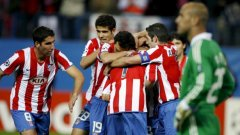 Играчите на Атлетико се радват при гола на Шимао пред тъжния поглед на вратаря Рейна на първата среща между двата отбора през октомври 2008 г., завършила 1:1