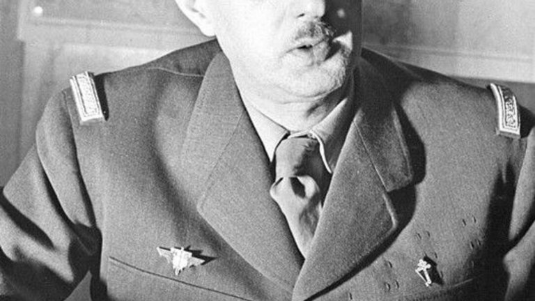 """2. Шарл дьо Гол (президент на Франция в периода 1959-1969 г.)  Дьо Гол е основна цел на Организацията на Секретната армия (ОАС) - група военни, които са толкова недоволни от политиката на френския президент спрямо Алжир, че го искат мъртъв. Направени са няколко опита за покушение срещу дьо Гол, като най-популярният е от 22 август 1962 г. Нападението е организирано от полковник Жан-Мари Бастиен-Тири.   В същия ден дьо Гол и съпругата му пътуват из Париж в президентския автомобил. Колата се движи с около 110 км/ч, придружава я охрана. На предварително уточнено място 12 стрелци от ОАС откриват огън по колата. Загиват двамата мотоциклетисти охранители, които придружават автомобила. Президентската кола е със спукани гуми и разбито задно стъкло. Дьо Гол и съпругата му обаче не са пострадали.  Случаят става основа на популярния роман """"Денят на Чакала"""" на Фредерик Форсайт, който започва с този опит за убийство и разказва измислена история за друг такъв, също организиран от ОАС."""