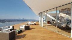 Къщата е с басейн на една от терасите, огромен стъклен купол над хола, внушителна по размер камина и изглед към езерото и планината.