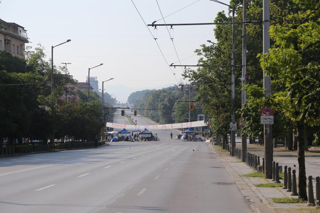 """Продължават блокадите с палаткови лагери на протестиращи на булевард """"Цар Освободител"""" и на кръстовището при """"Орлов мост"""" в София."""