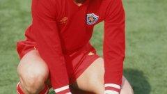 """1982 година, фотосесия преди сезона на стадион """"Филбърт Стрийт"""". Гари Линекер позира с резервния червен екип на Лестър. Едва на 22 години нападателят вече е звезда и вкарва голове на грандовете в старата Първа дивизия. После игра в Евертън, Барселона и Тотнъм, но остана верен на корените си. Линекер откри новия стадион на клуба преди 13 години и се смята от феновете за една от трите най-големи фигури в историята."""