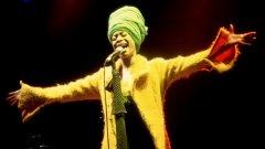 """Ерика Баду  Наричана """"кралицата на нео-соул музиката"""" не само има глас, който мнозина сравняват с този на Били Холидей, ами и е неизчерпаем текстописец и продуктивен музикант. Баду е родена под името Ерика Аби Райт през 1971 година. Нейният дебютен албум Baduizm излиза през 1997-а и става тройно платинен. Тя печели 16 престижни музикални награди и има 57 номинации за хитове като Love of My Life и за албума Worldwide Underground. Въпреки че се сблъсква с периоди на абсолютен творчески блокаж, тя продължава да изненадва с иновативност и работи с артисти като Дрейк и Flying Lotus."""