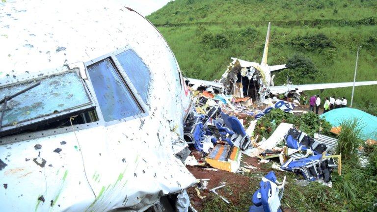 Най-малко 18 души са починали при самолетна катастрофа в Индия