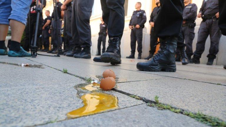 Протестиращи замеряха депутати с яйца и домати