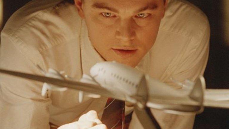 """Леонардо ди Каприо - Хауърд Хюз   Ди Каприо има опит в това да играе реални личности. Той е влизал в образа на Джей Едгар Хувър, на Джордан Белфорт, на Франк Абегнейл-младши и, разбира се, Хю Глас, за който спечели дългоочаквания """"Оскар"""". Но ролята на авиационния пионер Хауърд Хюз е може би най-запленяващата от всички, а педантичният до болка характер на Хюз си личи във всеки кадър."""