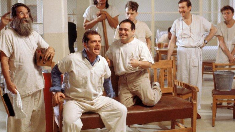 """""""Полет над кукувиче гнездо"""" Филмът по романа на Кен Киси е абсолютна класика и истински шедьовър на филмовото изкуство. Историята на Рандъл Макмърфи и престоя му в психиатрията са накарали не един и двама души да се молят никога да не им се налага да постъпят в психиатрична клиника. И колкото и да симпатизираме на Джак Никълсън тук, трябва да признаем, че сестра Ратчед, изиграна от Луис Флечър, е още по-брилянтна в ролята си. Освен това, накрая тя побеждава. Ако демоничната сестра ви липсва, може да гледате сериала Ratched по Netflix."""
