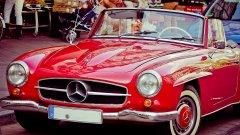 """Mercedes-Benz 190SL Mercedes-Benz 190SL започва да се произвежда през 1955 г. по време, в което по улиците все още преобладават двуколесните превозни средства. Той е посрещнат супер ентусиазирано от автомобилните журналисти и бързо се превръща в хит. Цифрите на производство също са впечатляващи: между май 1955 и февруари 1963 г. не по-малко от 25 881 коли напуснали поточните линии в Зинделфинген. Auto Motor und Sport пишат, че това е """"елегантен, бърз туристически спортен автомобил, който може да се използва и като напълно нормален автомобил за ежедневието"""". Das Automobil коментират, че  """"може да почувствате тази кола с душата си, това е магия, която той е готов да даде на своя собственик"""". 190 SL остава в производство до 1963 г."""