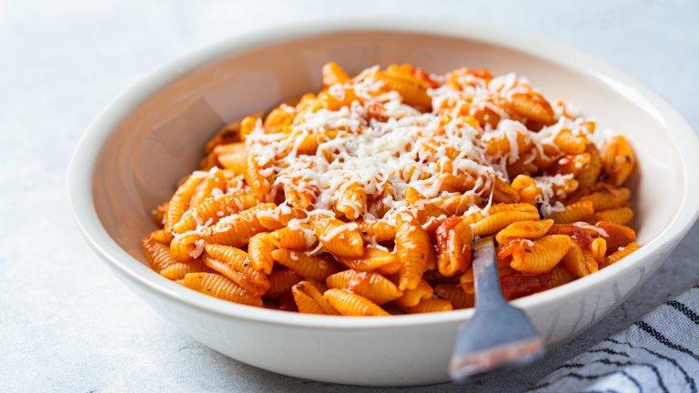 Каватели с доматен сос с каймаСервирайте любимия си доматен сос с кайма с каватели, вместо с плоска паста като спагети или талиатели и ще останете приятно изненадани. Причината е, че кавателите са с формата на малки раковини, които при разбъркването ще се напълнят със соса и ще са още по-вкусни от обикновено.   Пригответе доматения сос с кайма като в дълбок тиган запържвате малка глава лук на ситно, чесън на вкус и 400 грама кайма. Когато каймата стане на трохи и покафенее, изсипвате половин чаша червено вино и изчаквате да се изпари. След това в тигана добавяте 400 милилитра доматен сос, подправяте със сол, пипер и босилек. Докато сосът се сгъстява, сварете пакет каватели до почти пълно омекване.  Накрая обединете всичко в тигана и разбъркайте добре, докато кавателите поемат добре соса. Сервирайте с малко босилек и настърган пармезан