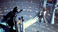 """Междузвездни войни Епизод V: Империята отвръща на удара (1980)  Може да се каже, че освен """"Челюсти"""", именно първият """"Междузвездни войни"""" създаде летния блокбъстър. За Джордж Лукас обаче това не беше достатъчно и той реши да надгради във всяко едно отношение в """"Империята отвръща на удара"""" - който от своя страна създаде модела на успешния сикуъл.   Близо три пъти по-скъп от първата част, с повече емоции и обрати, разширяващ вселената, отвеждащ зрителя на вълнуващи нови места (Хот, Дагоба, Корусант) и представящ емблематични нови персонажи – именно """"Империята отвръща на удара"""" осигури великото бъдеще на """"Междузвездни войни""""."""