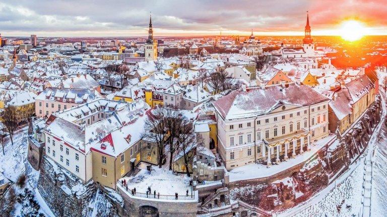 Естония     Естония може би все още не е синоним на висшата кухня, но кулинарната й сцена оживява през май. Тази година страната ще бъде домакин на Bocuse d'Or Europe – популярен кулинарен конкурс в чест на покойния френски готвач Пол Бокюз. Така талинските ресторанти са включени в повечето елитни пътеводители за скандинавска и балтийска кухня.      Естония обаче е по-известна със своята красота и обширните естествени открити пространства. Тъй като страната е сравнително малка, приблизително с размера на щата Ню Йорк, с малко население, това прави разходките безпроблемни и без големи тълпи наоколо. Добавете ароматите от различните и модерни СПА-центрове, множество замъци и древни, тихи гори, и не е трудно да разберете защо Естония е във възход. Препоръчително е да видите и Стария град на Талин.