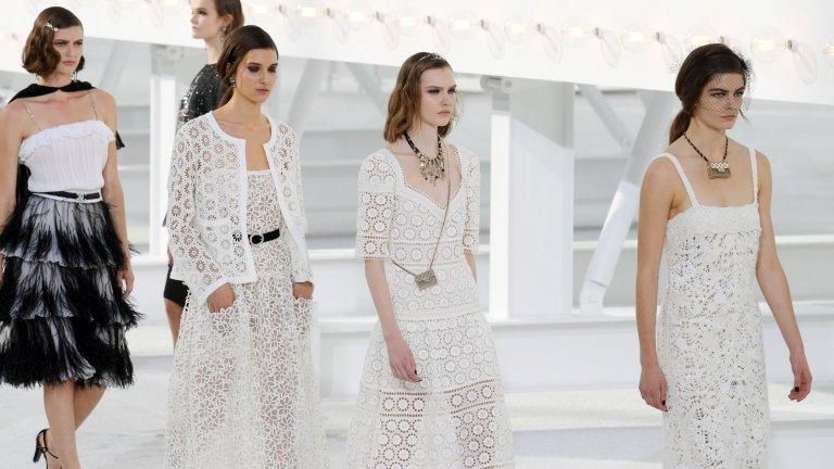Невинно бяло  Белите дрехи носят усещане за чистота, невинност и семпъл, но елегантен стил на обличане. За да е една идея по-интересно всичко това, имена като Chanel и Versace залагат на перфорации и дантели, които деликатно разкриват малко повече кожа. А Алисия Викандер и Алекса Чънг вече се появиха точно на Парижката седмица на модата с точно такива бели предложения.