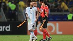 Лионел Меси в разговор с рефера Роди Самбрано след загубата с 0:2 от Бразилия