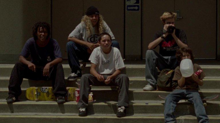 """""""Средата на 90-те"""" (Mid 90's)Жанр:комедия, драма Година:2018Всеки, който е раснал през 90-те, ще усети в тази квартална история за група тийнейджъри, запалени по скейтборда, носталгия по онези години. Неслучайно дебютът на Джона Хил получи толкова одобрение от критиката, при това не само в САЩ. Това е история за възмъжаването, първите трепети, семейните дразги и приятелството, която успява да улови безпогрешно духа от летата на онова отминало десетилетие."""