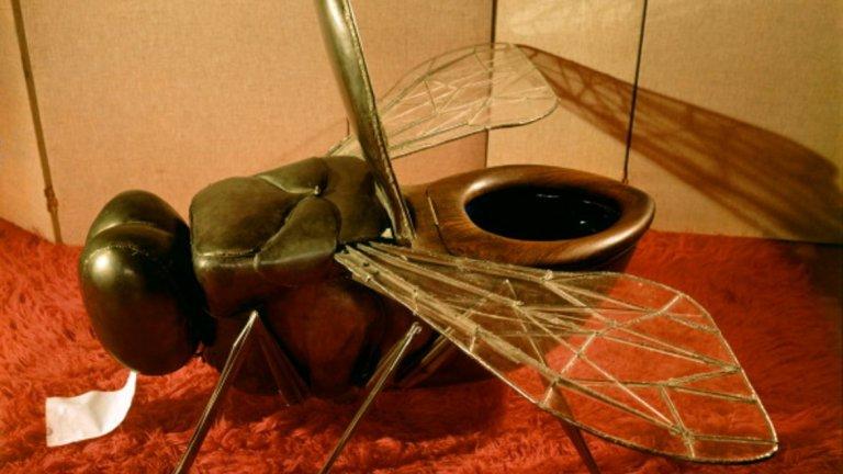Това странно изглеждащо нещо е тоалетна чиния във формата на муха. Дело е на дизайнера и скулптор Франсоа-Ксавие Лалан. Нестандартната идея и реализация са от далечната 1967-а. Главата на мухата държи тоалетната хартия, а крилата й се прибират, когато на нея не седи никой.