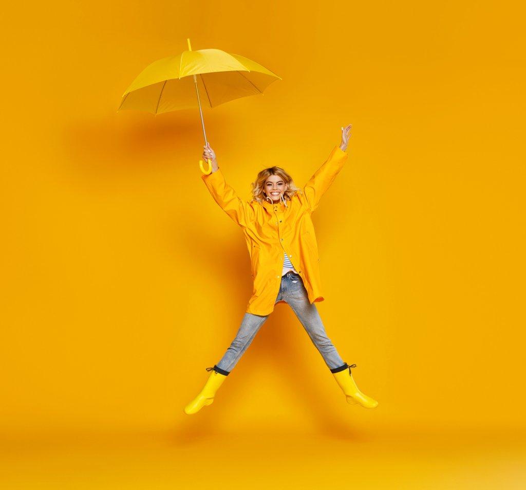 Той е и моден аксесоар  Чадърът е моден аксесоар дотолкова, колкото като такива се възприемат чантата, шапката или обувките. Затова не е без значение да отдадем заслуженото на избора му.    Класика си остават черното, сивото, тъмносиньото, червеното и прозрачният найлон, а са и лесни за съчетаване. Но цветният чадър би подействал добре на настроението в мрачните дъждовни дни.    Все по-често виждаме как стилни дами комбинират цвета на обувките и чантата с този на чадъра. Тук по-скоро е въпрос на вкус, но има един общовалиден съвет - ако обичайно се обличате цветно, по-добре чадърът да е в по-обрани цветове, за да не приличате на плодова салата. Или ако имате цветя по дрехите си, по-добре избегнете и цветята по чадъра. Това не създава пролетно настроение, а изглежда по-скоро като недомислица.