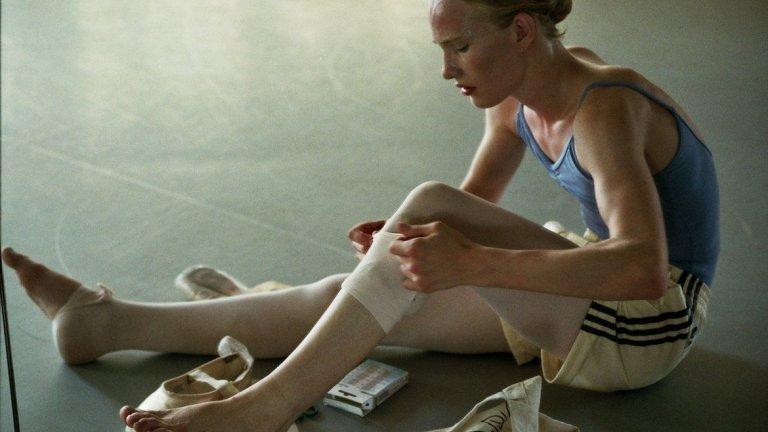 10. Girl  Дебютният филм на белгийския режисьор Лукас Донт е интимна история за борбата на 15-годишно момиче да стане балерина. Проблемът – че това момиче всъщност е родено в тялото на момче. За да намерят актьор за главната роля, създателите правят свободен кастинг и така откриват своята звезда – актьора Виктор Полстер. Той се справя успешно с всички изисквания, които една подобна роля носи, като показва основния конфликт във филма. В случая не става дума за консервативни родители или побойници хомофоби, а за вътрешната битка, която идва от това, че трансформацията на младия персонаж не става така бързо, както би му/й се искало.