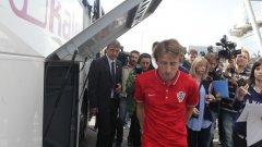 Лука Модрич пристигна умислен в София за мача с България.