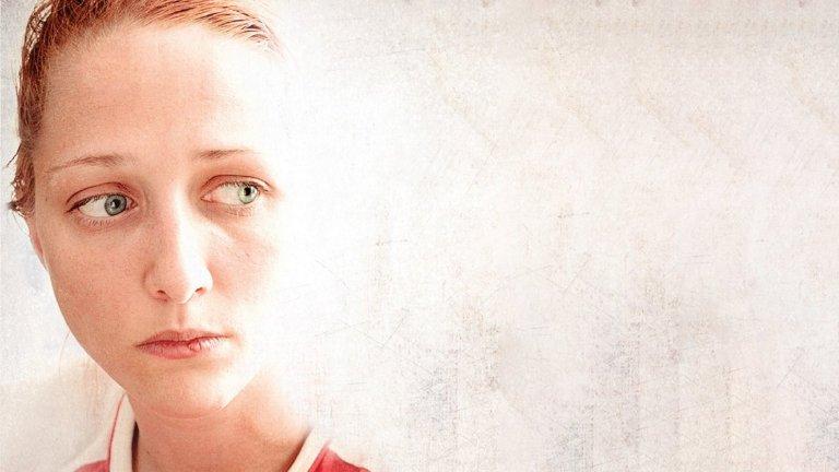 """""""Ирина""""Година:2018За този филм на Надежда Косева актрисата Мартина Апостолова получи признание дори от Берлинале, на който тя взе награда за изгряваща звезда. Това не е случайно - Апостолова влиза в кожата на млада майка, чийто съпруг остава инвалид след тежък инцидент. Финансовите затруднения я принуждават да стане сурогатна майка за семейство с възможности в София. Да, сюжетът правилно подсказва, че филмът принадлежи към вълната на социалния реализъм, затова ако обичате суровите истории с екстра доза драматизъм, историята на """"Ирина"""" ще ви хареса със своята болезнена откровеност."""