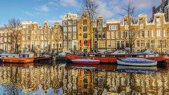 2500 е приблизителният брой на жилищата-лодки по каналите в Амстердам. В някои от тях живеят хора, други са давани под наем. Холандският музей на жилищата-лодки (Houseboat Museum) може да ви разкаже повече за живота в канала.  Вижте още интересни факти за Амстердам в галерията!